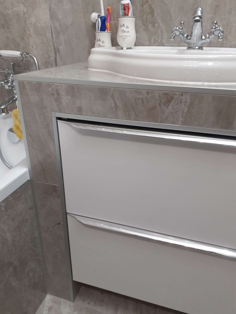 aluminiowa listwa wykończeniowa narożnikowa do płytek z zakończeniem