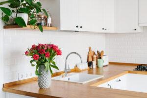 Białe płytki cegiełki do kuchni
