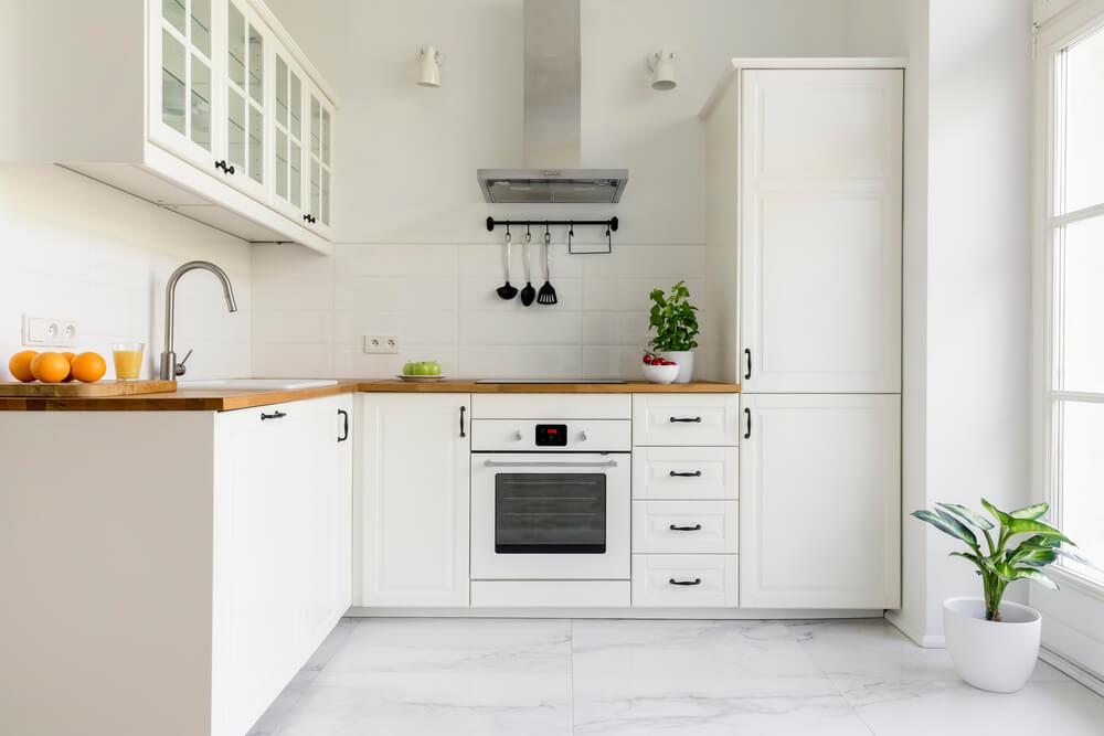 Białe płytki do kuchni na podłogę