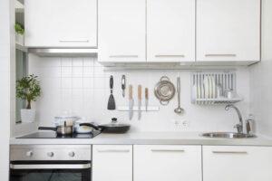 Białe płytki do kuchni na ścianę
