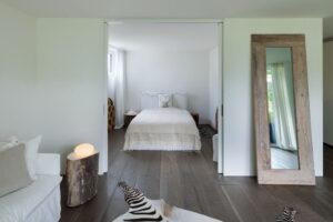 Ciemna podłoga w sypialni