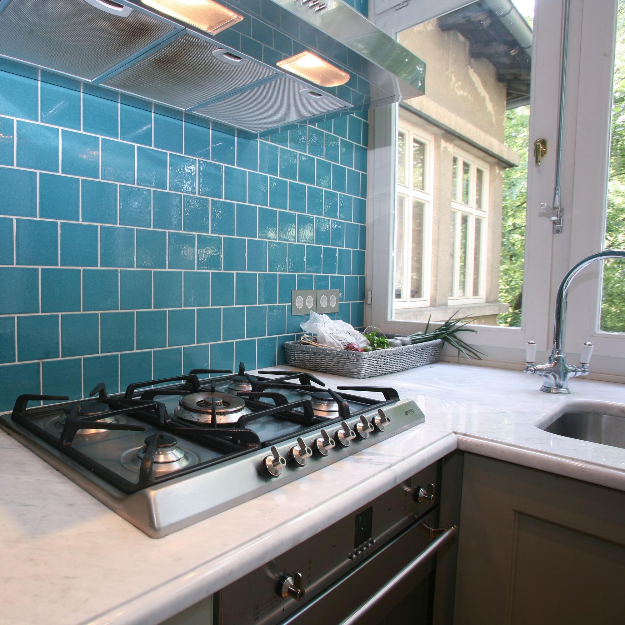 Jakie płytki do kuchni na ścianę - niebieskie