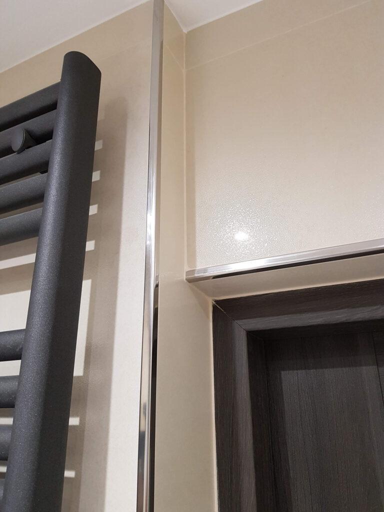 listwy narożne do glazury stalowe na ścianie łazienki