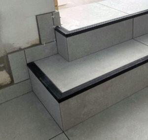 listwy schodowe z nakladka w trakcie remontu