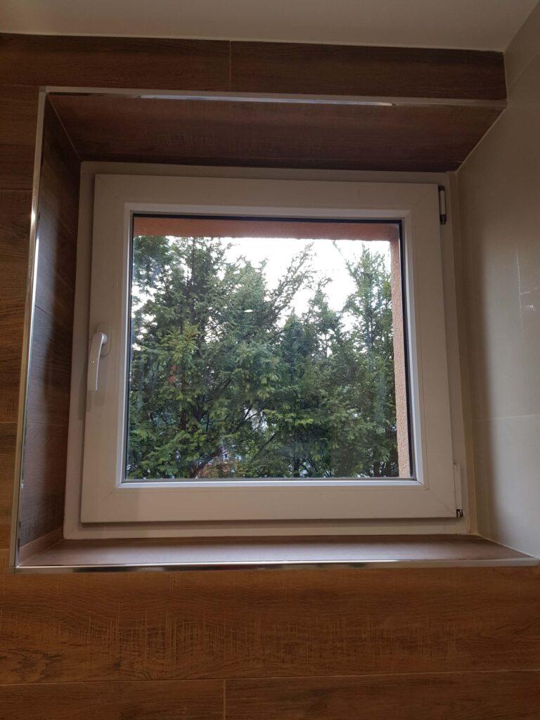 narożniki do glazury przy oknie