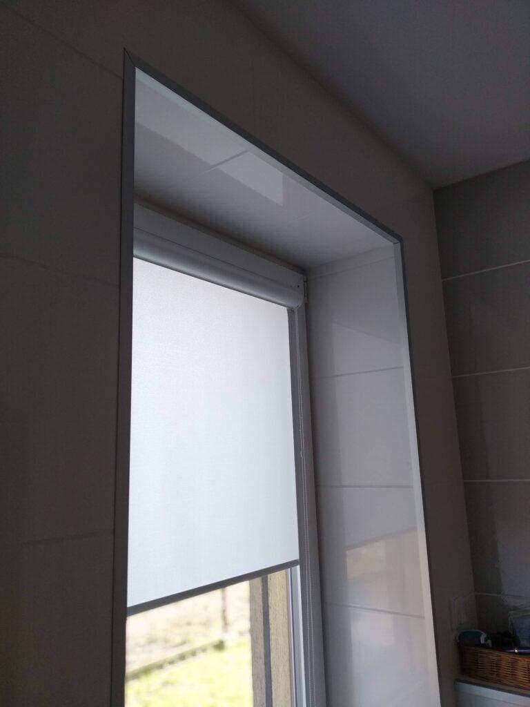 narożniki na ścianę alumiunium anodowane srebrne realizacja