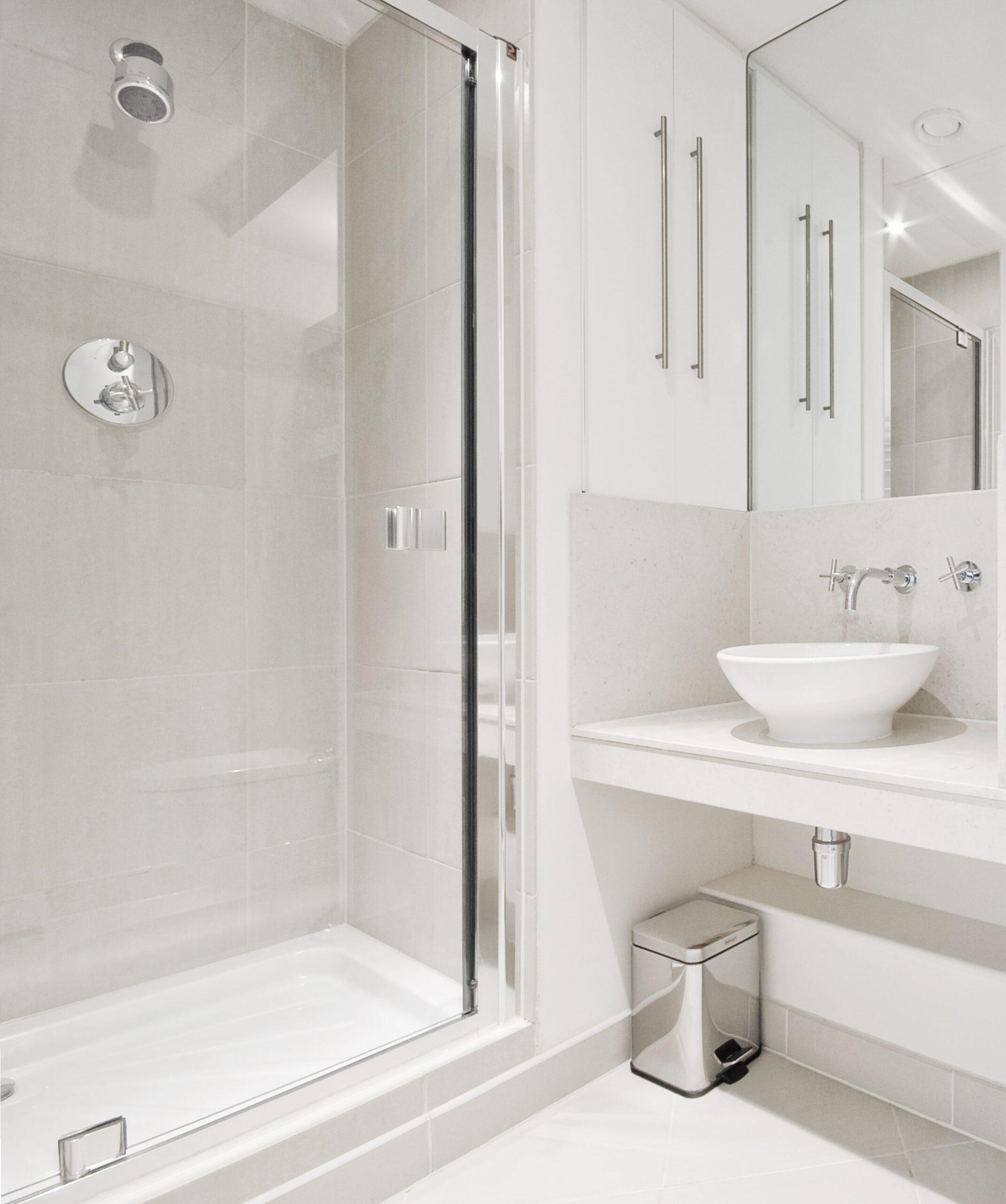 Płytki do małej łazienki - jasne