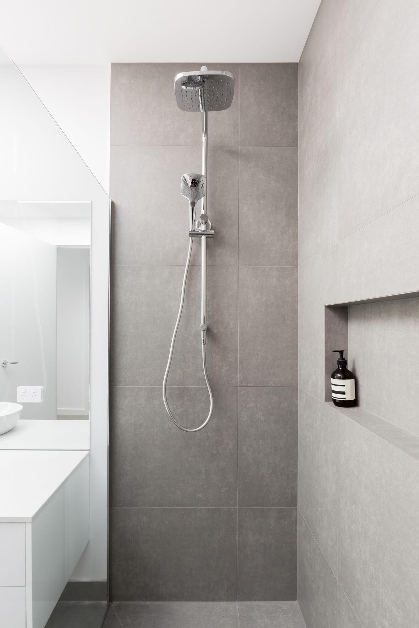 Półki pod prysznic - rodzaje i montaż