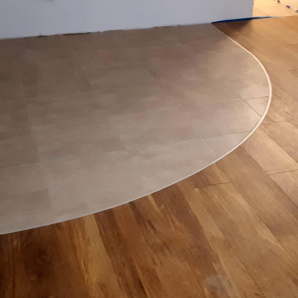 srebrna listwa łączeniowa między panelami i płytkami