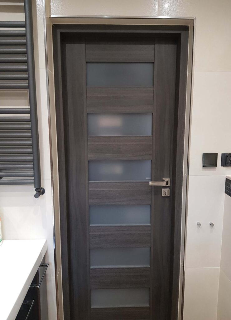 stalowy narożnik zewnętrzny do glazury przy drzwiach