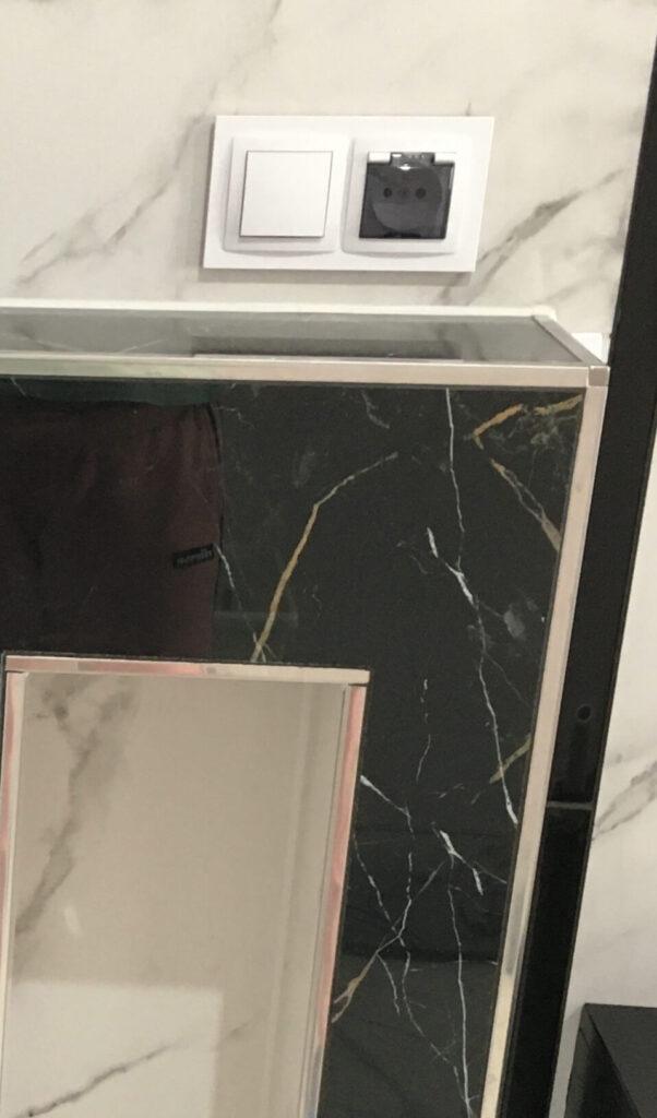 zakończenie listwy narożnej stalowe w aranżacji w łazience